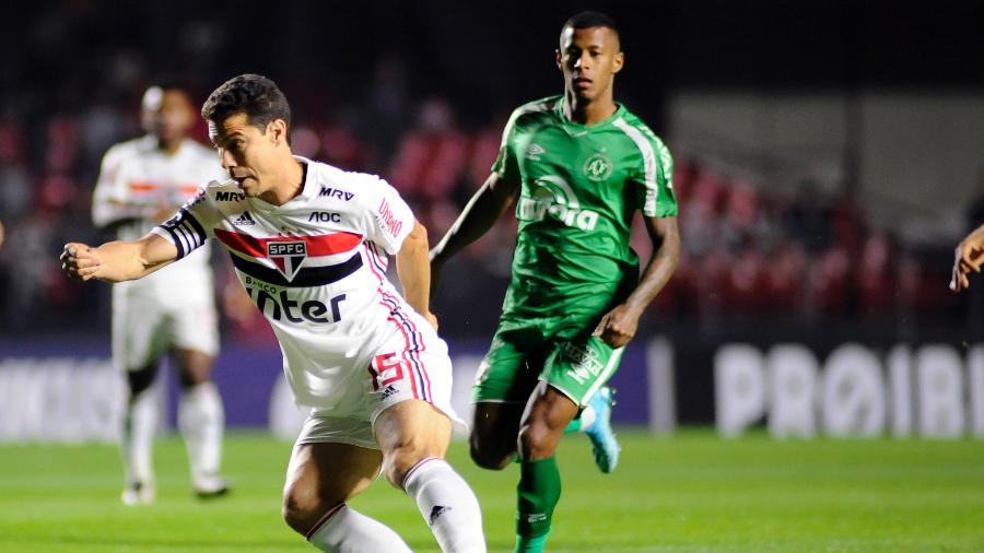 Hernanes domina a bola pelo São Paulo no último confronto com a Chapecoense - Alan Morici/AGIF