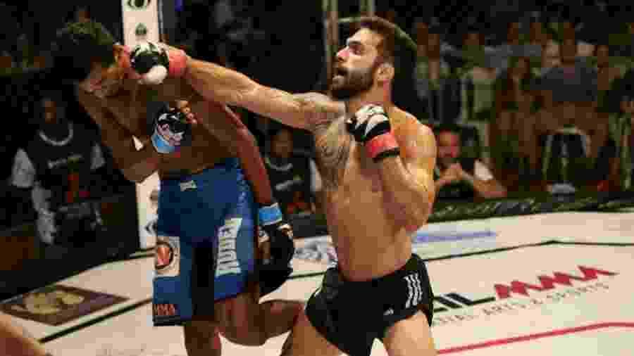 Filipe Esteves acerta golpe em Rildeci Escorpião - Divulgação/Brazil MMA