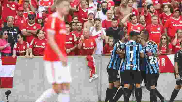 Jogadores do Grêmio comemoram gol contra o Internacional; gol foi anulado pelo VAR - Pedro H. Tesch/AGI - Pedro H. Tesch/AGI