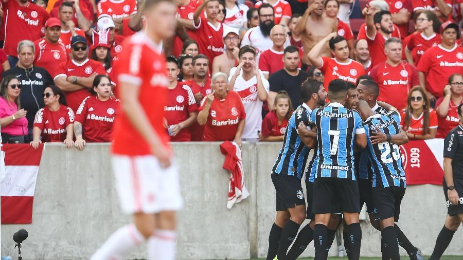 Jogadores do Grêmio comemoram diante do Internacional; gol foi anulado pelo VAR - Pedro H. Tesch/AGI