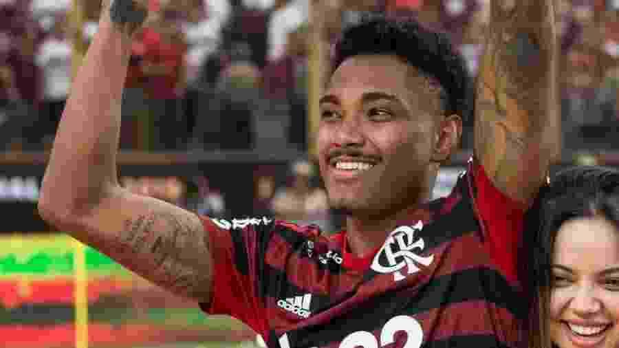 Vitinho tem no braço direito uma ilustração de um avião com a data do acidente envolvendo o elenco da Chapecoense - Reprodução/Twitter/Flamengo