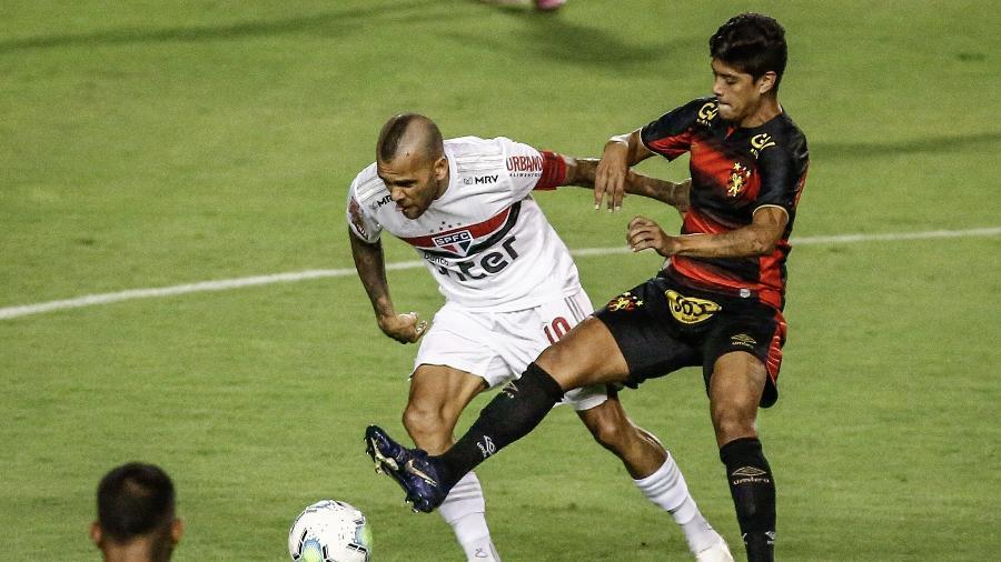 Daniel Alves, do São Paulo, disputa bola com Betinho, do Sport, na partida do Brasileirão 2020 - Paulo Paiva/AGIF