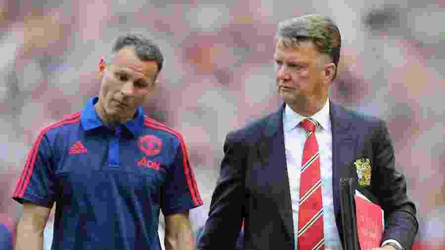 Ryan Giggs caminha ao lado do técnico Louis Van Gaal em jogo do Manchester United - Tom Purslow/Manchester United via Getty Images