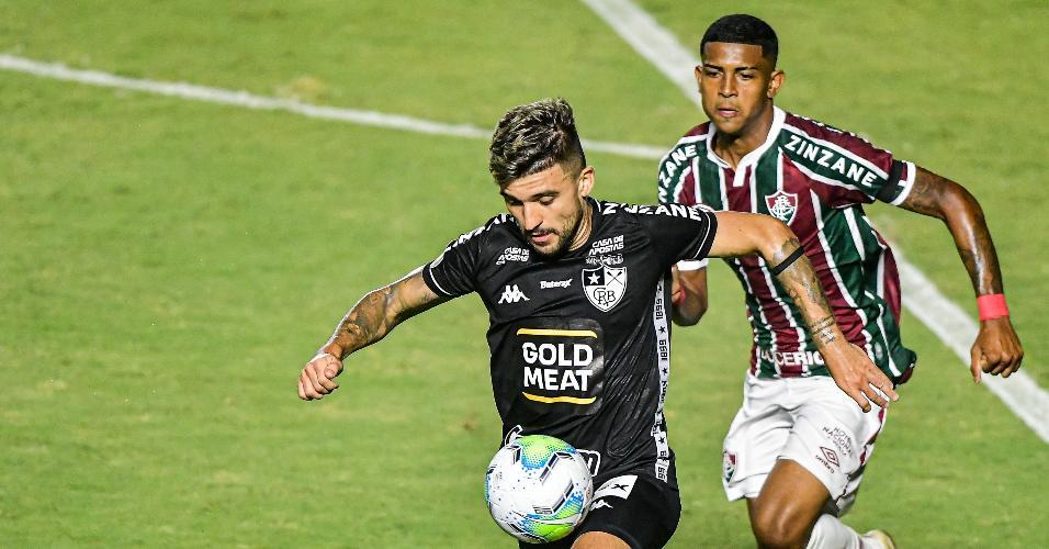 John Kennedy e Victor Luis disputam a bola na partida entre Fluminense x Botafogo