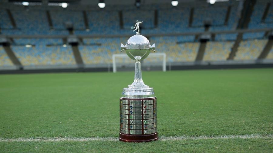 Taça da Copa Libertadores no gramado do estádio do Maracanã - Divulgação/Conmebol Libertadores