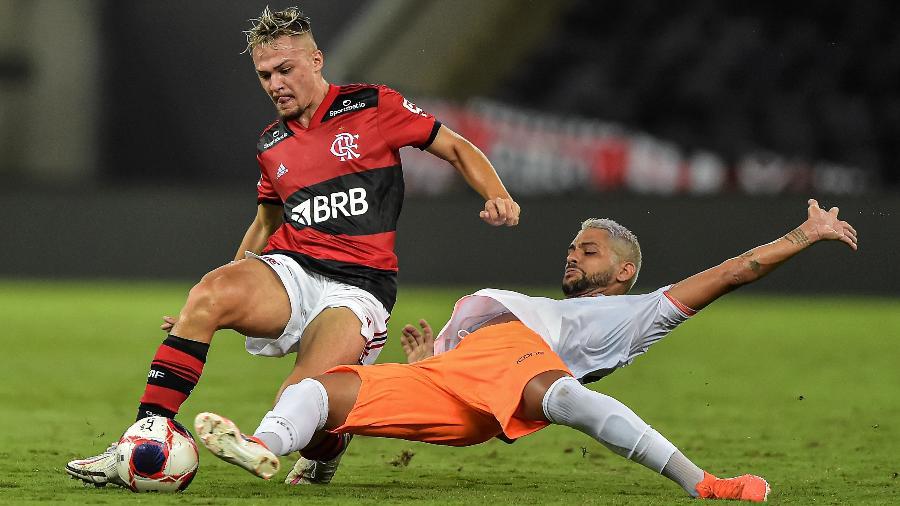 Gabriel Noga, zagueiro do Flamengo, em disputa durante a partida contra o Nova Iguaçu - Thiago Ribeiro/AGIF