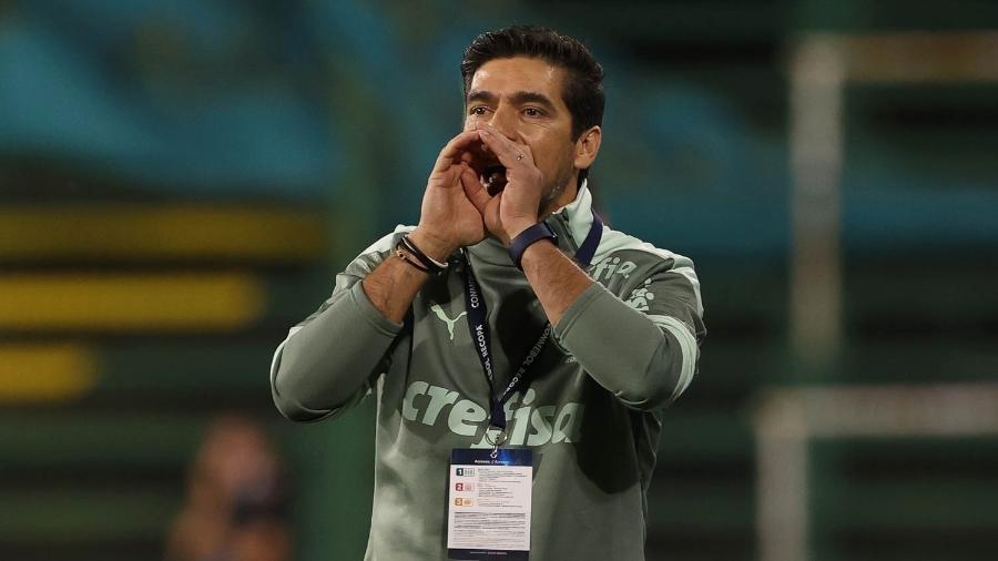 Abel Ferreira passa orientação para o time no duelo contra o Defensa y Justicia - Cesar Greco/ Ag. Palmeiras