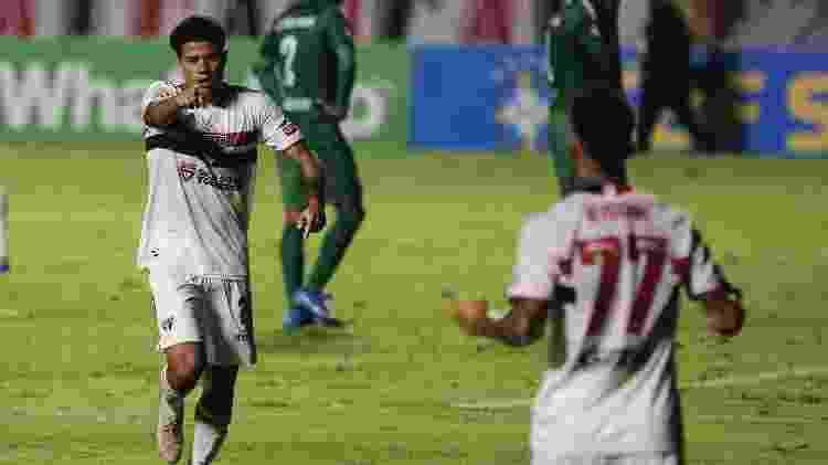 Gabriel Sara, do São Paulo, comemora seu gol com Rigoni  - Ettore Chiereguini/AGIF - Ettore Chiereguini/AGIF