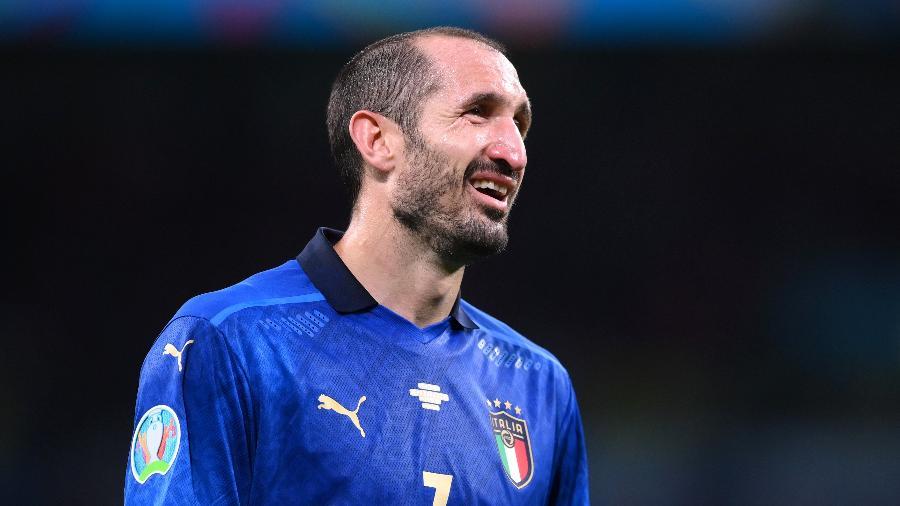 Chiellini ainda comemora o título da Euro e deve seguir na Juventus - REUTERS/Laurence Griffiths