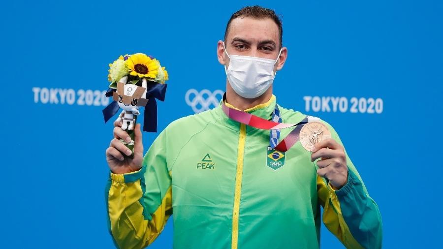 Fernando Scheffer com a medalha de bronze dos 200m livre conquistada nas Olimpíadas de Tóquio - Satiro Sodré/CBDA