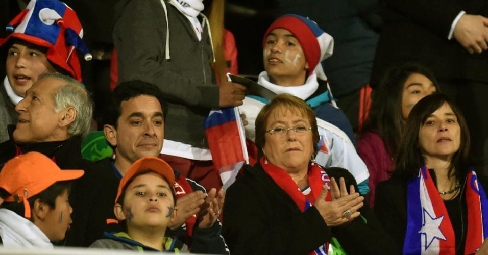 Presidente chilena Michelle Bachelet marca presença em duelo decisivo do Chile contra o Uruguai