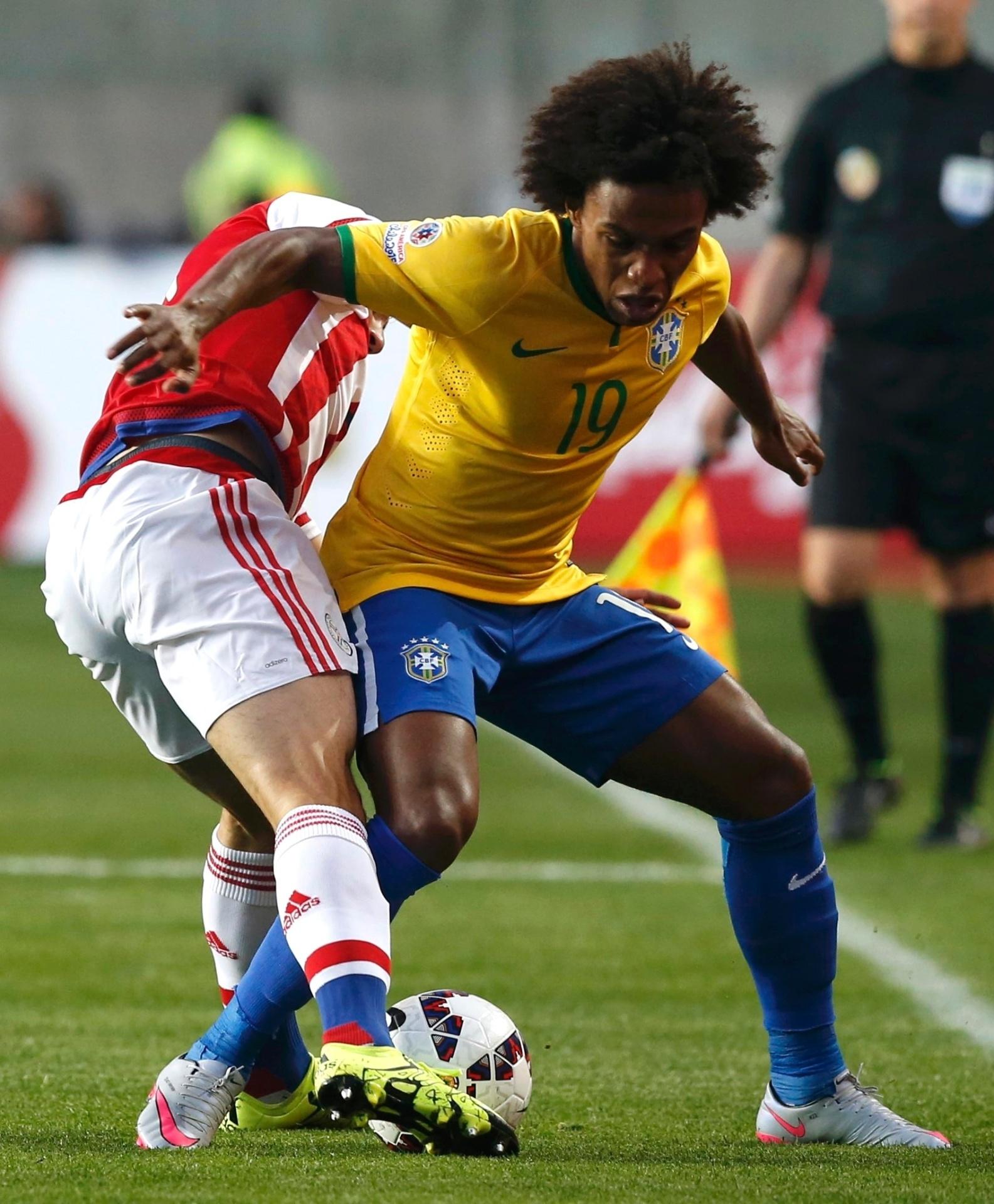 Willian tenta escapar da marcação do jogador do Paraguai em jogo do Brasil nas quartas de final da Copa América