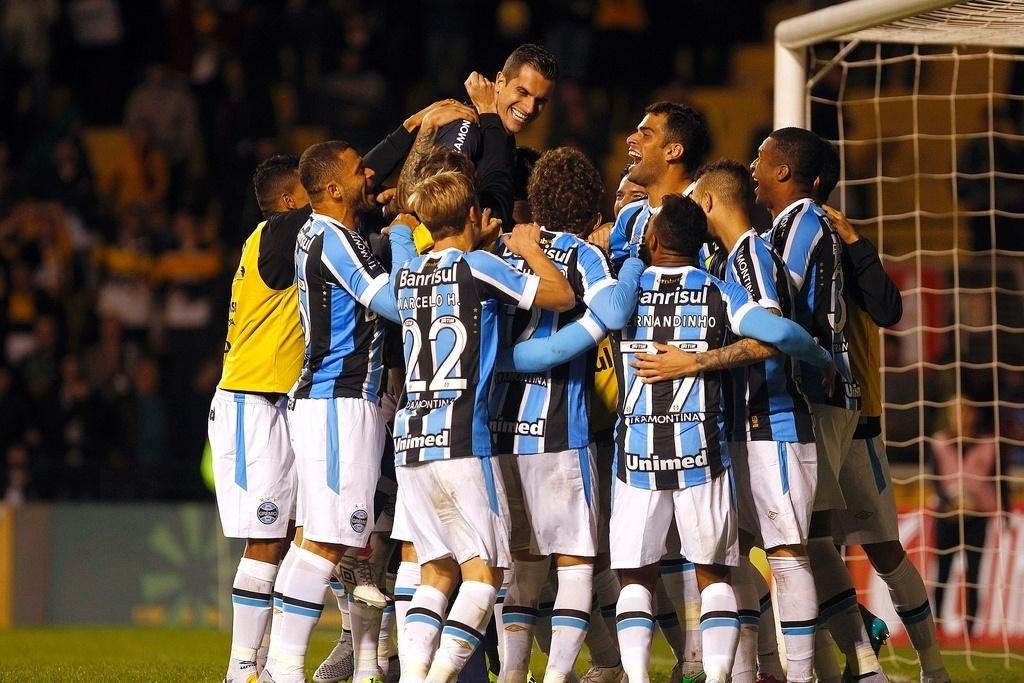 Jogadores do Grêmio comemoram classificação às oitavas de final da Copa do Brasil, após o time eliminar o Criciúma
