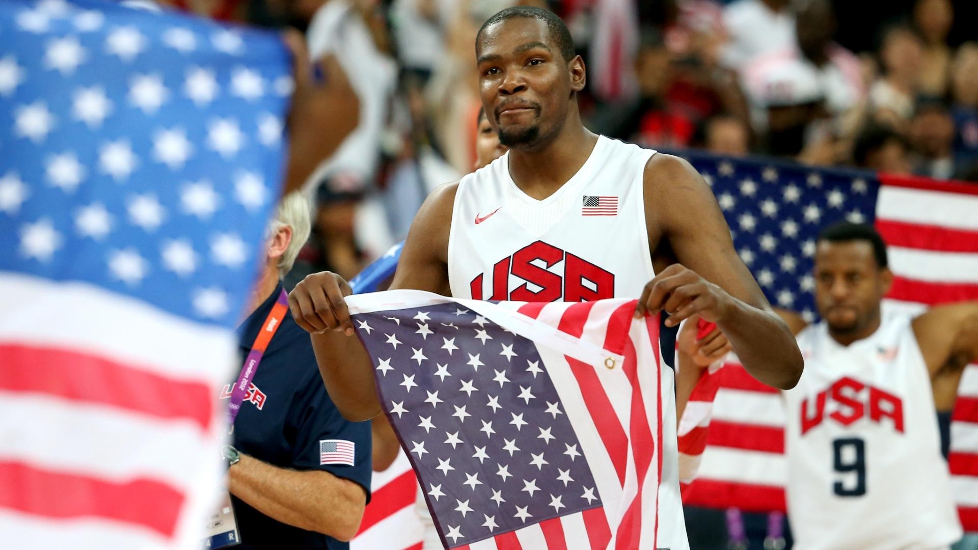 Kevin Durant, jogador da seleção norte-americana de basquete, comemora a conquista do ouro olímpico nos jogos de Londres, em 2012