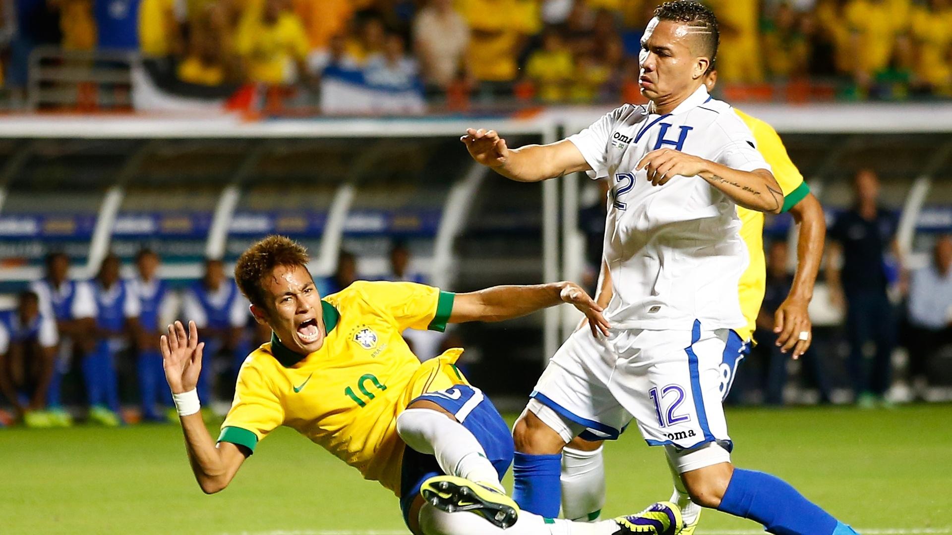 Arnold Peralta, de Honduras, derruba Neymar, em amistoso das duas seleções