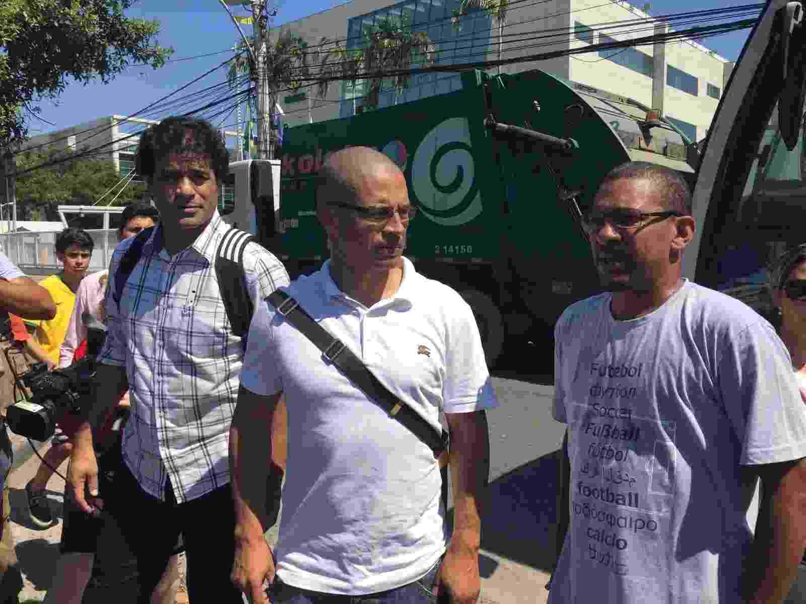 Raí, Alex e Djalminha integram protesto na porta da CBF - Pedro Ivo Almeida/UOL Esporte