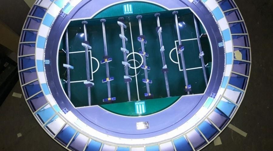 Versão mesa de pebolim do El Cilindro, estádio do Racing (ARG), com iluminação própria