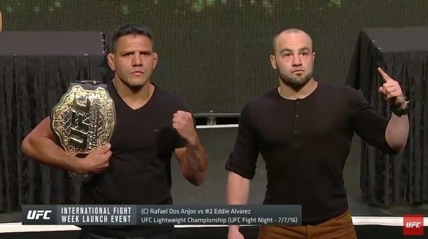 Rafael dos Anjos, brasileiro campeão peso leve do UFC, tira foto ao lado do seu próximo rival, Eddie Álvarez