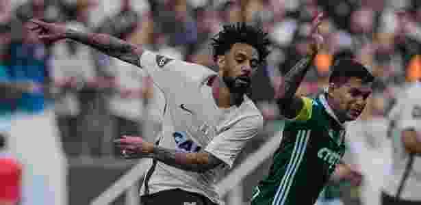 Cristian comete falta sobre Dudu no clássico paulista na Arena Corinthians - Eduardo Anizelli/Folhapress