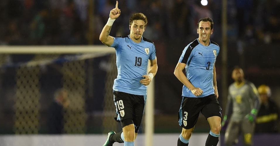 Sebastian Coates abre o placar para o Uruguai diante do Equador