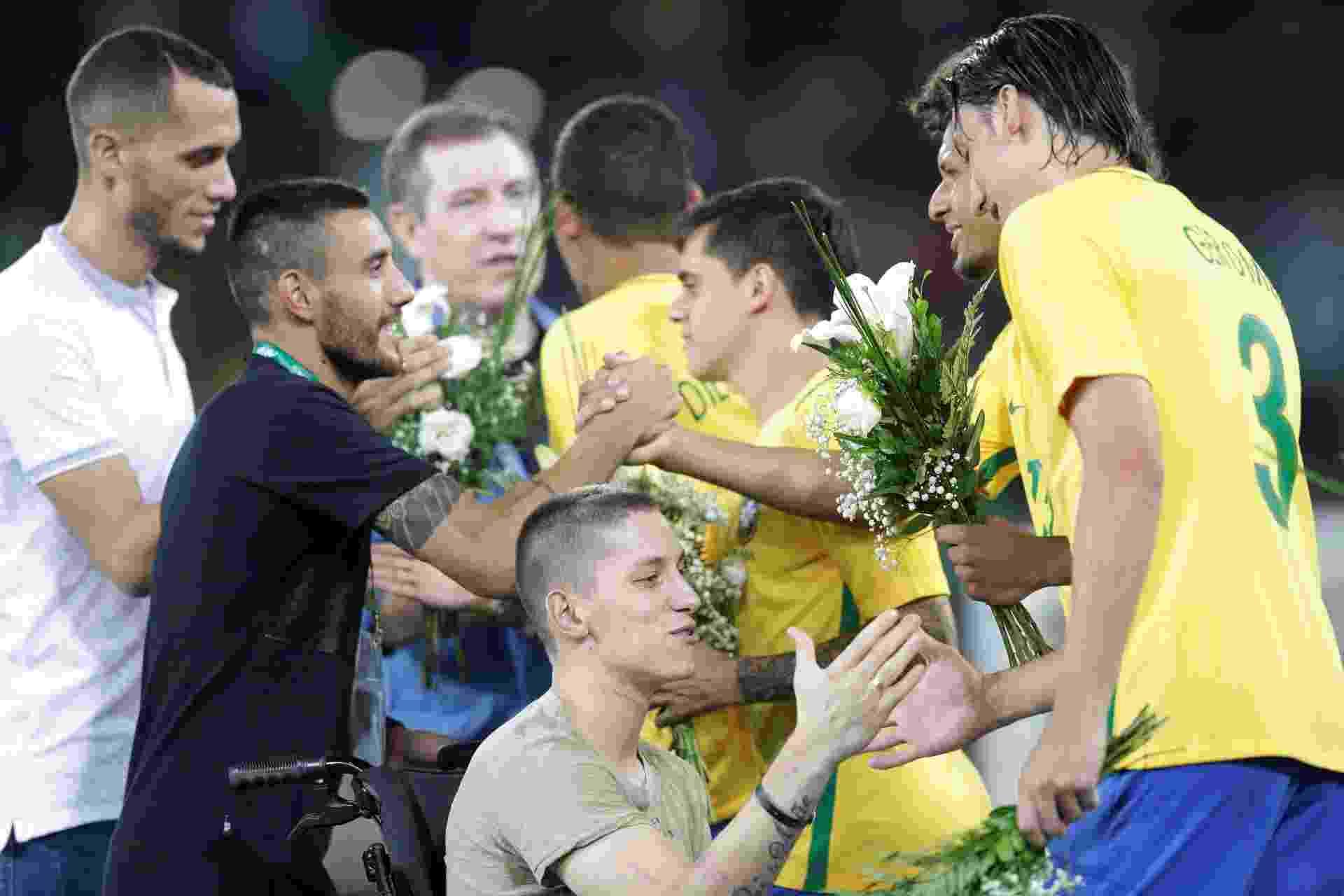 Sobreviventes do acidente, Neto, Alan Ruschel e Folmann cumprimentam jogadores da seleção brasileira - REUTERS/Ueslei Marcelino