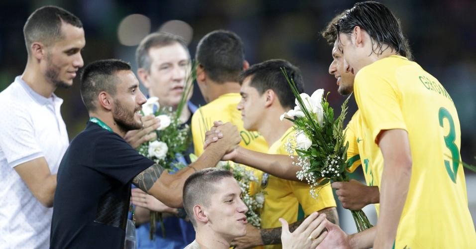Sobreviventes do acidente, Neto, Alan Ruschel e Folmann cumprimentam jogadores da seleção brasileira