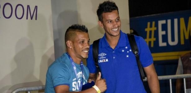 Davidson recebeu do seu ídolo Henrique o cartão de sócio-torcedor do Cruzeiro - Washington Alves/Cruzeiro