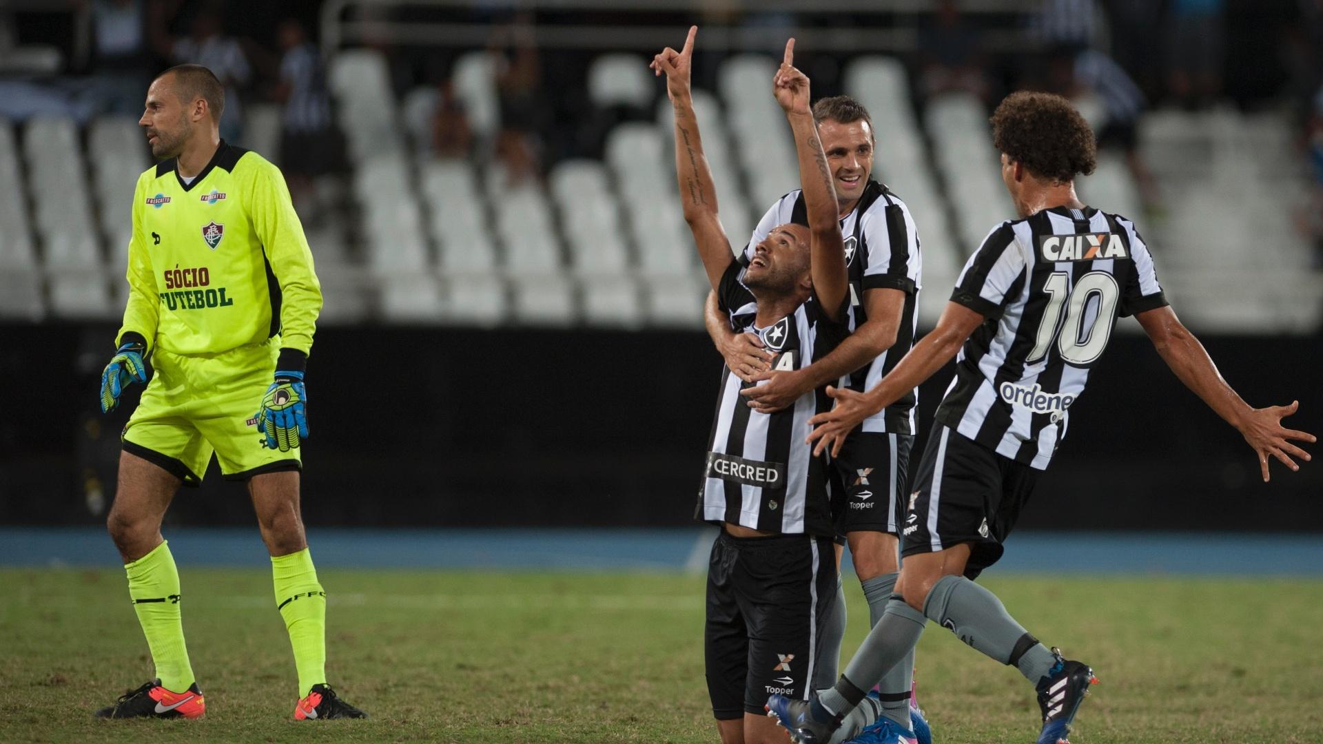 Roger comemora primeiro gol do Botafogo contra o Fluminense