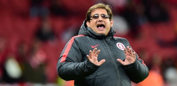 O técnico Guto Ferreira, do Inter, esteve ameaçado de demissão e foi cobrado
