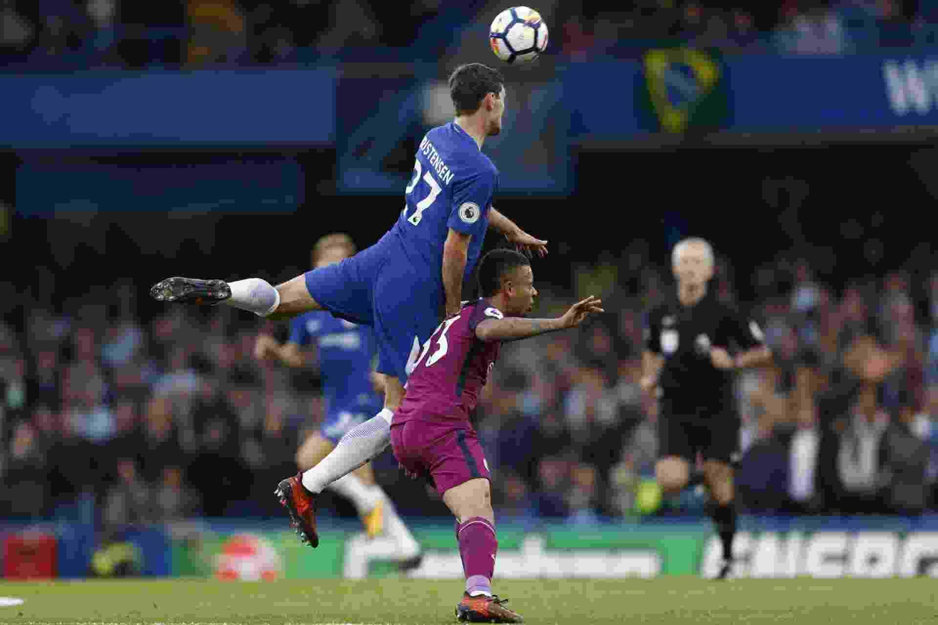 Gabriel Jesus, do Manchester City, disputa bola com Andreas Christensen, do Chelsea - Ian Kington/AFP Photo