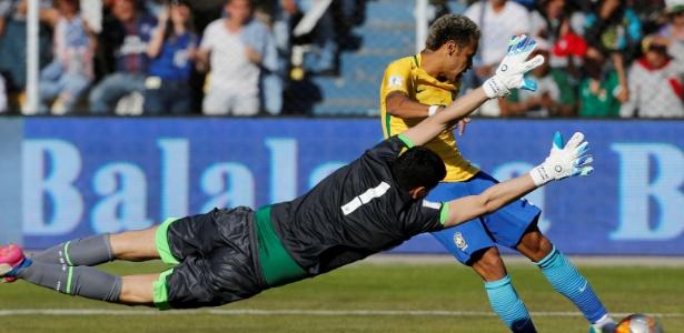 Neymar é travado por goleiro boliviano: partida acabou sem gols
