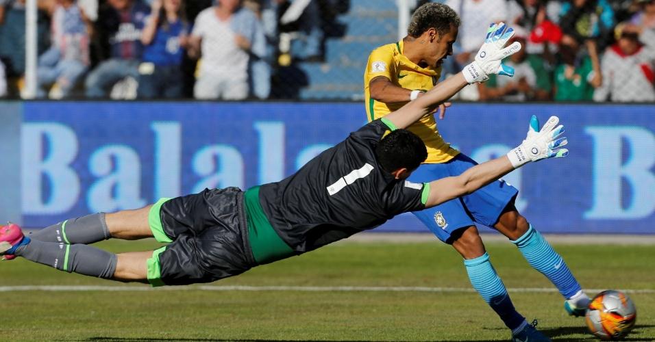 Neymar é travado pelo goleiro Carlos Lampe, da Bolívia
