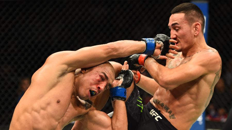 Max Holloway e José Aldo trocam golpes no UFC 218 - Josh Hedges/Zuffa LLC/Zuffa LLC via Getty Images