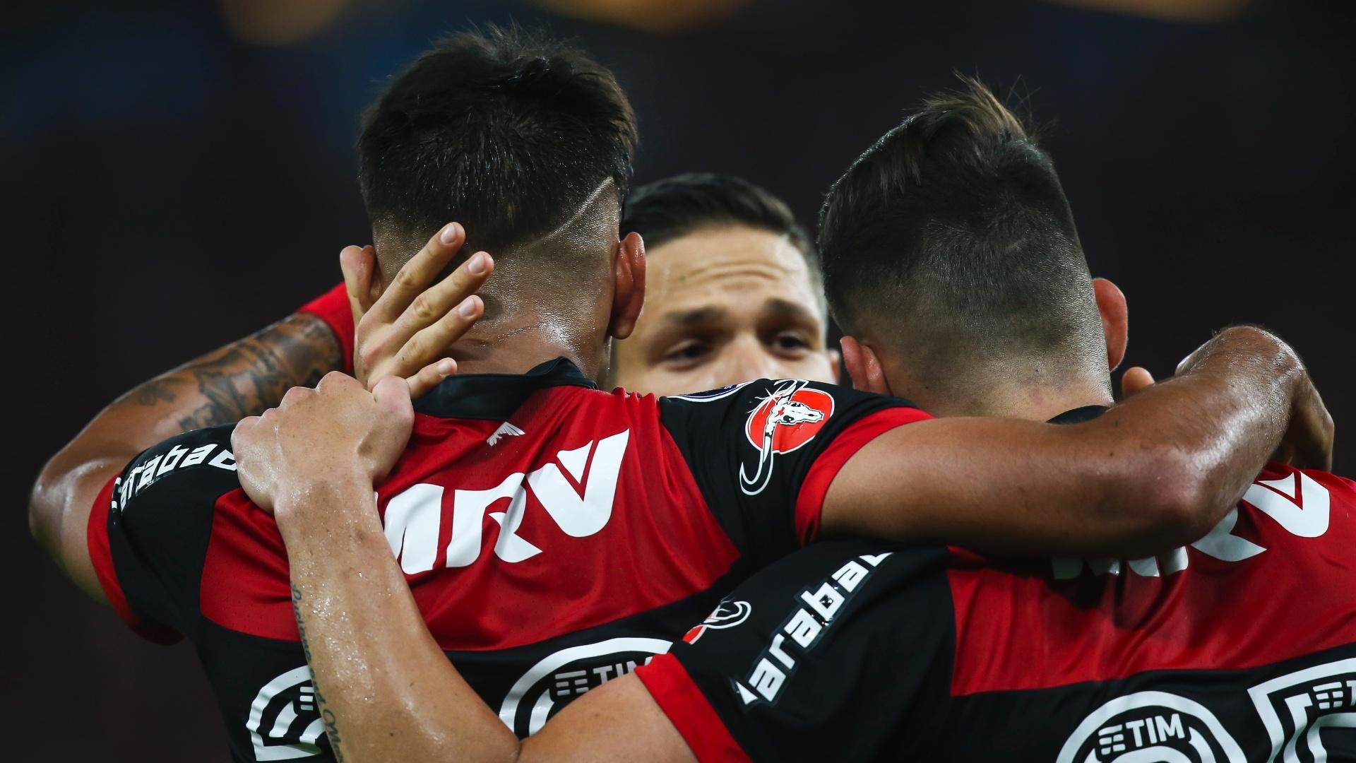 Jogadores do Flamengo se abraçam em jogo contra o Independiente