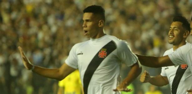 Paulinho comemora seu gol diante da Universidad de Concepción