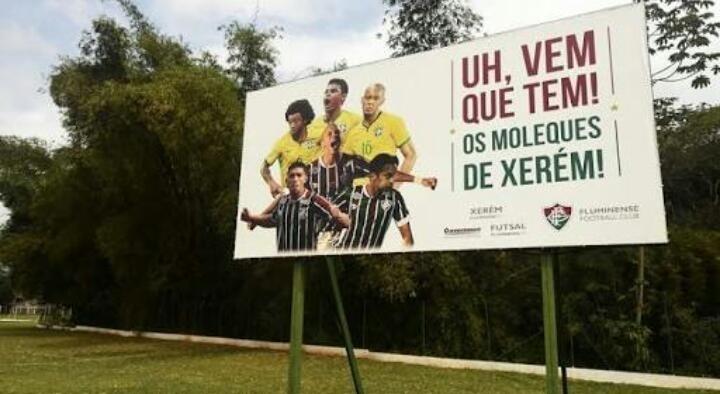 Outdoor no CT de Xerém exibe imagens de jogadores formados na base do Fluminense