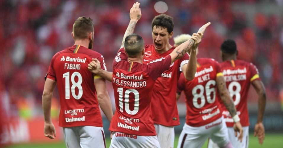 Jogadores do Internacional comemoram gol de D'Alessandro contra o Vitória