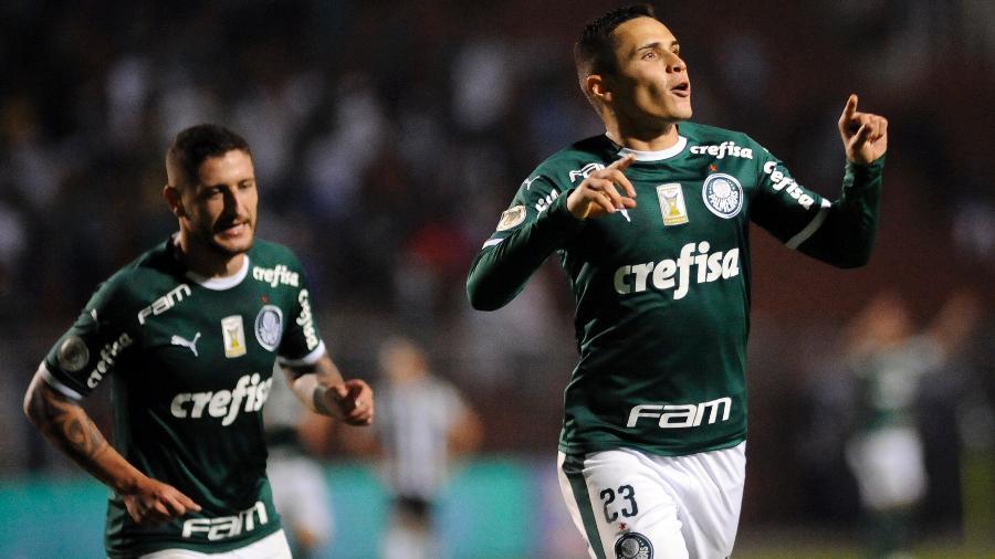 Raphael Veiga comemora após anotar o terceiro gol do Palmeiras contra o Santos pelo Campeonato Brasileiro - Alan Morici/AGIF