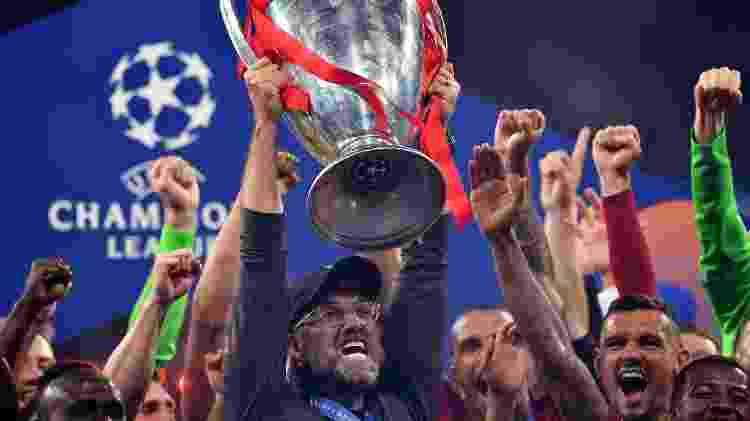 Klopp ergue o troféu de campeão europeu - alemão devolveu o Liverpool ao topo do continente - BEN STANSALL/AFP