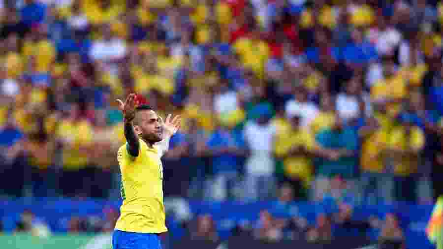 Daniel Alves comemora o gol anotado contra o Peru pela Copa América - Thiago Calil/Agif