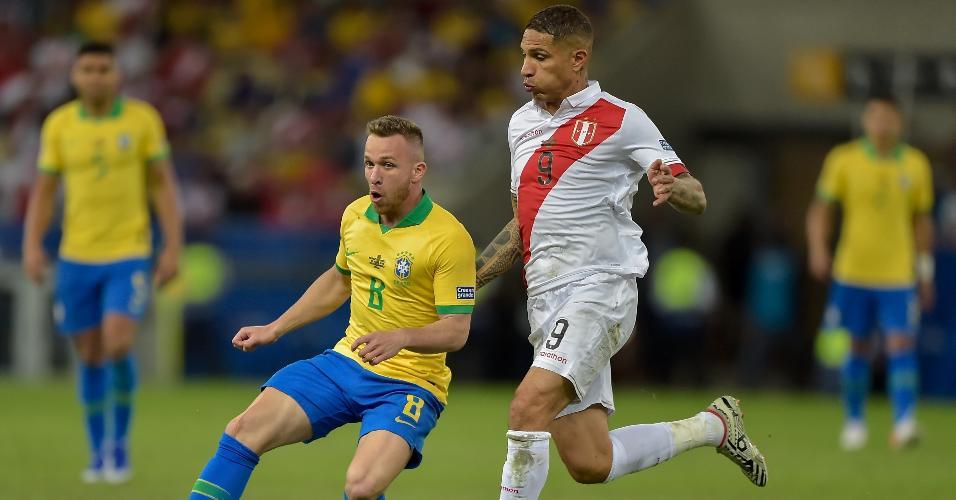 Arthur, durante partida entre Brasil e Peru