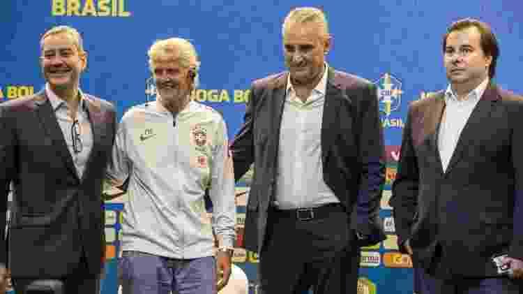 Rogério Caboclo, presidente da CBF, posa ao lado da treinadora Pia Sundhage, do técnico Tite e de Rodrigo Maia, presidente da Câmara dos Deputados - Rener Pinheiro / MoWA Press