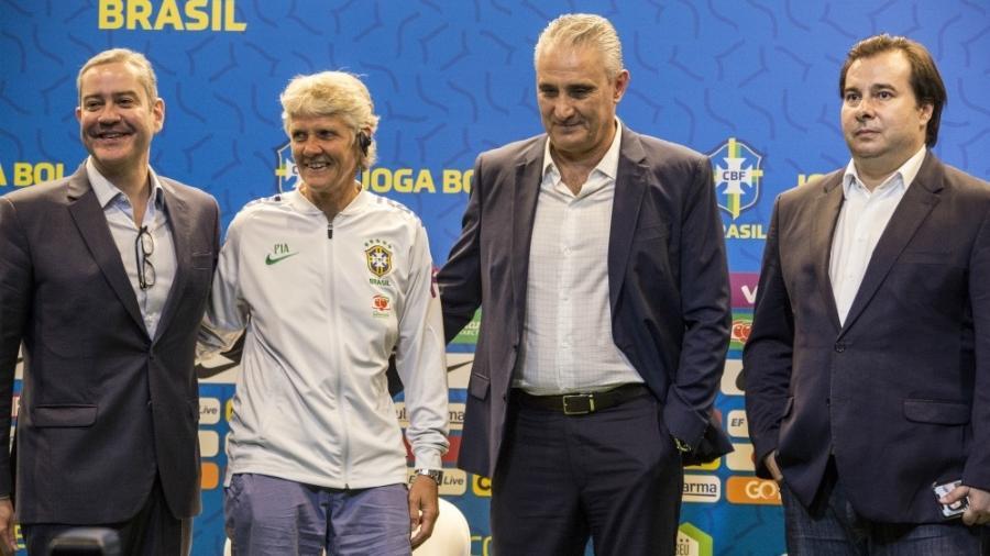 Rogério Caboclo, Pia Sundhage, Tite e Rodrigo Maia posam para foto na sede da CBF - Rener Pinheiro / MoWA Press