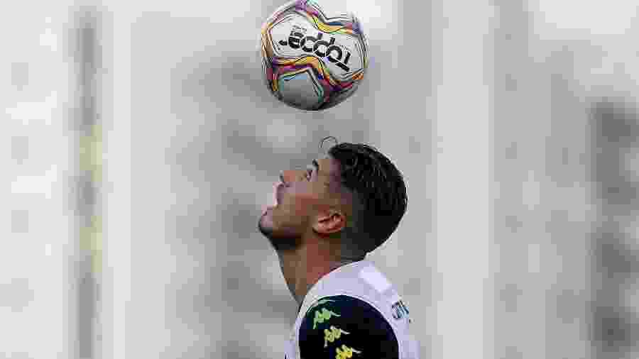 Pedro Raul controla a bola com a cabeça durante treinamento do Botafogo - Vitor Silva/Botafogo