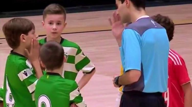 Garoto do Sporting dá exemplo de fair-play em jogo contra o Benfica