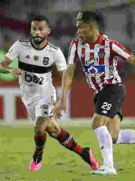 Thiago Maia e Teo Gutierrez disputam bola em Junior Barranquilla x Flamengo - REUTERS/Luisa Gonzalez