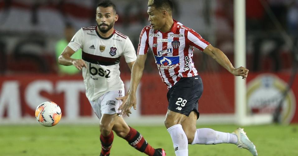 Thiago Maia e Teo Gutierrez disputam bola em Junior Barranquilla x Flamengo