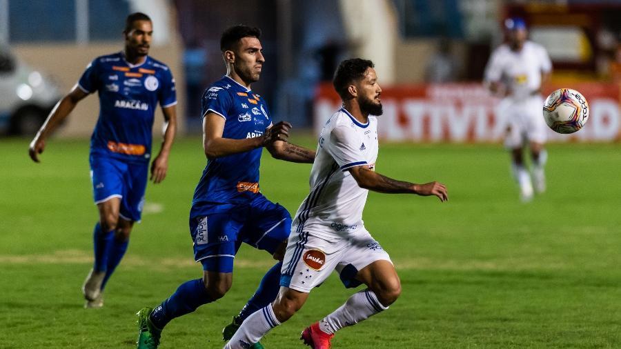 Arthur Caíke disputa bola com jogador do Confiança  - Bruno Haddad/Cruzeiro
