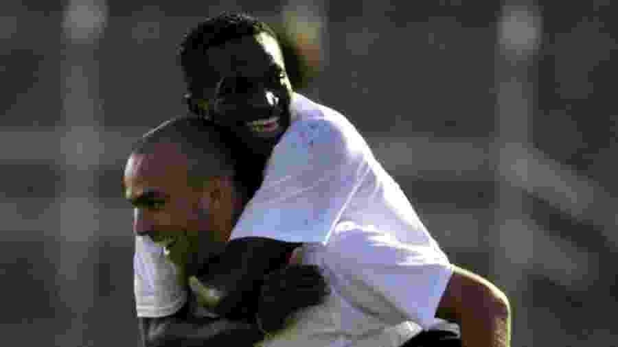Abuda em cima de Roger no período em que atuaram juntos no Corinthians - Keiny Andrade/Folha Imagem