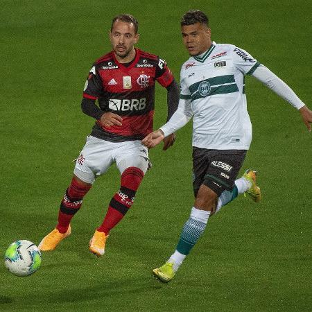 Everton Ribeiro, do Flamengo, disputa bola com Yan Sasse, do Coritiba - Alexandre Vidal / Flamengo